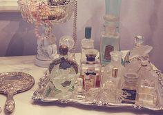 vintage perfume bottles.. bonne idée pour mettre de l'ordre sur ma coiffeuse