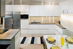 Kohde 17, Hailuoto. Persoonallinen koti, jossa on hohtoa ja särmää. Keittiössä valkoiset kalusteet, jossa runsaasti käteviä ja arkea helpottavia ratkaisuja, mukaan mahtuu useampikin kokki. Valkeuteen ja valoisuuteen uutta ilmettä tuovat tummemmat yksityiskodat, kuten keittiön yhden seinän sekä välitilan upea tapetti. Keittiön ovimalli on Hohto HL11 valkoinen. Beach Kitchens, Wooden House, New Homes, Kitchen Cabinets, Interior Design, Kitchen Ideas, Home Decor, Google, Trendy Tree