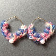 ブルーやピンクの引き揃え糸を使用したフープピアス♡ボリュームたっぷりで、ちょこんと付いているパールがアクセントになっています。普段使いはもちろん、イベントやフ... ハンドメイド、手作り、手仕事品の通販・販売・購入ならCreema。