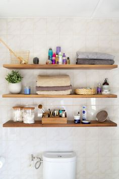 Onze 'tijdelijke' badkamer Small Bathroom, Bathroom Ideas, Bathrooms, Modern Bathroom Design, Bathroom Organization, Floating Shelves, New Homes, House, Toilet
