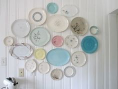 How to group art and collectibles into high-impact wall decor - 6 basic ideas from 19 reader homes - Retro Renovation Small Kitchen Organization, Diy Kitchen Storage, Plates On Wall, Plate Wall, Gallary Wall, Vintage Plates, Vintage Pyrex, Vintage Decor, Window Seat Kitchen
