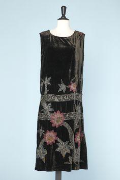 Robe 1920 en velours de soie tête de nègre à motifs perlés