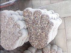 Huellas para los jardines, de concreto con con acabado de piedritas.