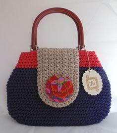 Bolso de ganchillo con hilo de algodón y asas de madera. ༺✿ƬⱤღ  https://www.pinterest.com/teretegui/✿༻