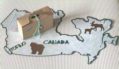 Ein besonderes Geldgeschenk für die Flitterwochen nach Canada. Der Umriss des Landes als Grundlage des Geschenkes. Dieser Umriss ist nach Vorlage von der Webseite www.d-maps.com gearbeitet. Darauf... Presents, Gift Wrapping, Place Card Holders, Canada, Etsy, Creative, Gifts, Inspiration, Image