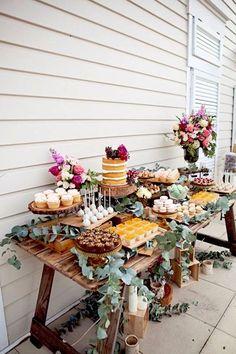 A very simple idea for your boho wedding dessert table. Decoration Buffet, Deco Buffet, Dessert Table Decor, Rustic Buffet, Dessert Ideas, Rustic Candy Bar, Cake Ideas, Outdoor Buffet, Cake Table Decorations