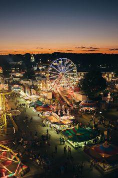 """La feria llamada """"The Big E"""" en Estados Unidos, junto a los puestos y atracciones, todo acompañado de un bello atardecer."""