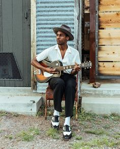 Leon Bridges sound is soulfully hearted. I feel sad for only being able to start hearing his music today. But it's never too late I Love Music, Kinds Of Music, Soul Music, Music Is Life, Leon Bridges, Le Male, Portraits, Mp3 Song, Dream Guy