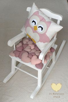 love this seat cushion, would be adorable in the playhouse on H's little rocking chair...=)