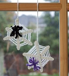 Love this idea! Great for teaching students patience... and working on their eye-hand coordination and fine motor skills.  All you need are piple cleaners (spiders), popsicle sticks and yarn (web). Halloween Crafts For Kids, Halloween Activities, Halloween Art, Halloween Themes, Holidays Halloween, Halloween Decorations, Spider Web Craft, Spider Webs, Stick Spider