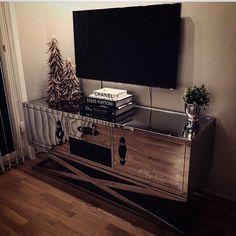 """Den lekre TV benken designet av #classicliving gjorde seg så godt hos @byschriever  Nydelig!!!!   Repost: """"Litt glam i hverdagen""""#sanfranciscoxlinetvconsole #glam #tvconsole #dior #louisvuitton #chanel  #fjærtrær  #classicliving #interiør #interior #interior123 #interiordesign"""