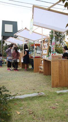 Farmers Market Display, Market Displays, Cake Shop Design, Store Design, Japanese Hot Dog, Wooden Signage, Food Cart Design, Cafe Exterior, Street Installation