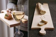 Tábua de carne que segura taça de vinho e quebra-cabeça. :D