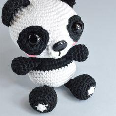 Esta semana te regalamos el patrón de este panda de amigurumi creado especialmente para DMC por Ganchigurumi , el nombre artístico de Fernan...