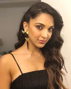 Kiara Advani has a very good sense of fashion in the B-Town and these pictures are the proof. Kiara Advani looks gorgeous in Indian and Western outfits. Bollywood Girls, Bollywood Actress Hot, Beautiful Bollywood Actress, Most Beautiful Indian Actress, Indian Bollywood, Bollywood Fashion, Beautiful Actresses, Indian Celebrities, Bollywood Celebrities
