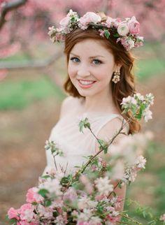 可憐でロマンチックな桜の花冠♡ ウェディングドレスに合う春らしい髪型一覧。ウェディングドレス・カラードレス・花嫁衣装に合うヘアアレンジまとめ。