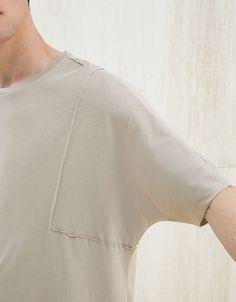 Camiseta detalles 'raw'. Descubre ésta y muchas otras prendas en Bershka con nuevos productos cada semana