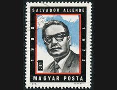 """Salvador Allende Gossens (1908-1973) fue un médico y político chileno que alcanzó la presidencia de Chile entre el 4 de noviembre de 1970 y el día de su muerte, el 11 de septiembre de 1973. Paladín del """"socialismo a la chilena"""", ascendió poco a poco en política, siendo diputado, ministro de Sanidad y posteriormente senador, incluyendo la presidencia de la cámara alta del Congreso."""