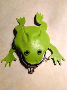 かなりカエルながま口シリーズ、若草色のアマガエル目:オリーブ色。#333は製作通し番号です。お腹部分の革は淡いクリーム色。表・裏約1.3mm厚の牛革を使用。し...|ハンドメイド、手作り、手仕事品の通販・販売・購入ならCreema。