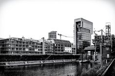 Wolkenbügel - Das Foto zeigt einen Teil des Düsseldorfer Medien-Hafen