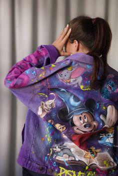 Customised Denim Jacket, Painted Denim Jacket, Painted Jeans, Painted Clothes, Hand Painted, Colorful Fashion, Diy Fashion, Lila Jeans, Outfits