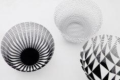 Del estudio japonés Torafu Architects es 'Airvase', que parte de una lámina de papel con cortes en láser y se estira hasta formar estos resi...