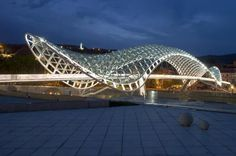 + Arquitetura :     A bela ponte para pedestres Tbilisi foi projetada pela aMDL e está localizada em Georgia (EUA).