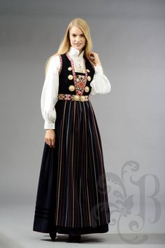 Nordhordaland Buand, my mother, grandmother and mother-in-law all own one. Folk Costume, Costume Dress, Costumes, Norwegian Clothing, Norwegian Wedding, Ethnic Fashion, Womens Fashion, Native Wears, Traditional Outfits