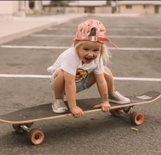 Rosie is skateboard obsessed and has been doing lessons with daddy! She seriously loves it and she is already better than me 🤷🏼‍♀️ here are some pics from her latest lesson 💗 # cute kids 5 Beautiful Minimalist Bedrooms — 204 PARK So Cute Baby, Baby Kind, Cute Babies, Mom And Baby, Baby Boy, Foto Baby, Skater Girls, Skater Kid, Minimalist Bedroom