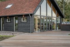 Luxe kantoorschuur   Wesselshoek Garage Doors, Cabin, House Styles, Outdoor Decor, Home Decor, Lush, Decoration Home, Room Decor, Cabins