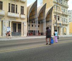 La Abadía sorprende a quienes transitan por el Malecón habanero por sus altas carpas que simulan cúpulas de inspiración gótica. No en vano, es una de las intervenciones arquitectónicas más controvertidas de los últimos años en el centro histórico de La Habana.