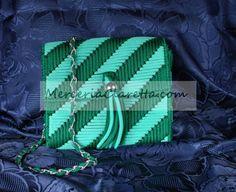Borsa in cordoncino su rete di:Rosella G. Canvas Purse, Canvas Bags, Bargello Needlepoint, Embroidery Stitches Tutorial, Inside Bag, Denim Bag, Plastic Canvas, Crochet Clothes, Stitch Patterns