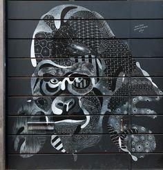 Philippe, un artiste français reconnu pour ses créations de street art, réalise à la craie de magnifiques animaux.