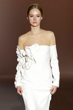Azahar #barcelonabridalweek White Fashion, Women's Fashion, Wedding Anniversary Celebration, Designer Collection, Fashion Details, Appliques, Vintage Dresses, Evening Dresses, Dior