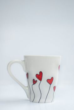 Sharpie mug with hearts Sharpie Projects, Sharpie Crafts, Sharpie Art, Sharpie Mug Designs, Diy Mug Designs, Clay Projects, Pottery Painting, Ceramic Painting, Ceramic Art