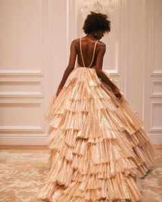 2019 Wedding Trends To Watch Our obsession with these 2019 wedding trends is REAL - color blocked decor, sleeved wedding dresses and wearable flowers among them! If you were enchanted last year by the creative use of blooms across the board, it just keeps Pretty Dresses, Beautiful Dresses, Awesome Dresses, Photo Glamour, Prom Dresses, Formal Dresses, Wedding Dresses, Wedding Flowers, Gold Wedding