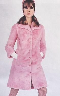 Jean Shrimpton in Vogue Paris August 1965 photographed by Guy Bourdin (Scan thanks to Jane Davis) 1960s Fashion, Pink Fashion, Fashion Models, Vintage Fashion, Gothic Fashion, Jean Shrimpton, Twiggy, Costume Année 60, Burlesque Costumes