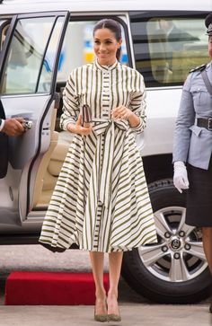 Through Meghan Markle, the Duchess of Sussex, has worn some very expensive outfits. Here, we broke down her top most costly looks. Estilo Meghan Markle, Meghan Markle Stil, Manolo Blahnik, Meghan Markle Outfits, Meghan Markle Dress, Suits Actress, Estilo Real, Camisa Formal, Expensive Clothes