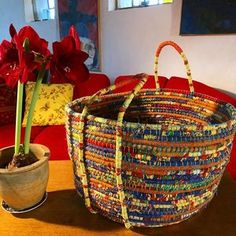 Recycling plastic bags: how to make a coiled basket — Malena Skote Reuse Plastic Bags, Plastic Bag Crafts, Plastic Bag Crochet, Plastic Baskets, Plastic Recycling, Plastic Bottles, Recycled Fabric, Recycled Crafts, Diy Rangement