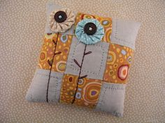 Yo-yo flowers on a pillow - Make smaller for a pincushion Quilting Projects, Craft Projects, Sewing Projects, Sewing Pillows, Diy Pillows, Sewing Art, Sewing Crafts, Yo Yo Quilt, Fabric Scraps