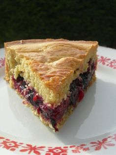 I would add rhubarb and strawberries to the filling of this cake! gâteau basque: trop bon, trop facile, je ne sais pas comment on peut le rater. No Cook Desserts, Just Desserts, Delicious Desserts, Yummy Food, Sweet Recipes, Cake Recipes, Dessert Recipes, Sweet Pie, Yummy Cakes