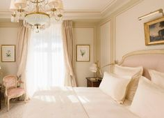 With their sleek décor, the Superior Rooms embody the timeless elegance of the Ritz Paris. These spacious quarters give onto the calm of the rue Cambon or the Terrasse Vendôme and offer all the comfort of the French art de vivre.