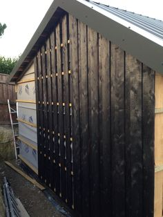 Charred larch cladding going up on the garage – Exterior Larch Cladding, House Cladding, House Siding, Exterior Siding, Exterior Design, External Cladding, Garden Studio, House Extensions, Architecture Details