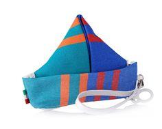HOUSEBOAT è la nuova borsa a barchetta Brandina realizzata con il tessuto degli ombrelloni da spiaggia. HOUSEBOAT si realizza impiegando la tecnica degli origami, e puo' essere indossata al polso tramite un laccetto in vera pelle. Divertitevi a portarle con voi.