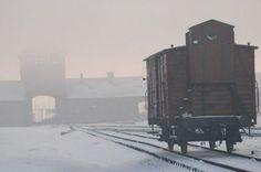 """O portão principal de Auschwitz II-Birkenau construída em 1944 chamado de """"Portão da Morte""""."""