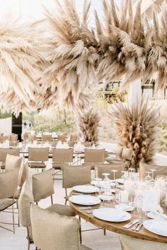 Pampas grass is trending in wedding décor, and our editors are here for it. Read on for our favorite ways to use the wheat-colored grass in your ceremony and reception décor. Neutral Wedding Colors, Beige Wedding, Boho Wedding, Floral Wedding, Dream Wedding, Wedding Linens, Fall Wedding, Grass Decor, Flower Installation