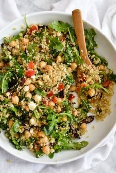 This healthy vegetarian quinoa salad makes for a simple lunch or dinner, thanks to staples like roasted red bell peppers, kalamata olives, and feta. Vegetarian Quinoa Salad, Quinoa Salat, Vegetarian Recipes, Cooking Recipes, Healthy Recipes, Quinoa Rice, Cooking Tips, Healthy Lunches For Work, Healthy Snacks