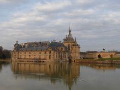 Le château de Chantilly sur son miroir d'eau (Crédit photo OT Chantilly)