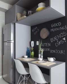 Bom Dia! Adoro a opção de poder deixar recadinho para quem se ama logo no café da manhã, que tal? (@sessoedalanezi.com.br @thiagottavesso) #decorechic #instacollage #instadaily #instalike #relax #timetorelax #window #contemporaneo #enjoy #design #decor #interiordesign #designdeinteriores #arquitetura #indoor #timetorelax #sessoedalanezi #architecture #archilovers #goodmorning #cucina #kitchen #paredelousa #lousa #clean #cozinha #cimentoqueimado