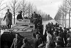 Een evacuatie per amfibievoertuig. De Watersnoodramp van 1953 was de grootste ramp in vredestijd in Nederland in de twintigste eeuw. In de eerste dagen na de ramp werd hulp verleend bij reddingsacties, evacuaties, voedselvoorziening en opvang. Daarna voorzag het Rode Kruis op grote schaal in de behoefte aan textiel, landbouwgereedschappen en zelfs huizen. Op de foto is te zien hoe patiënten per amfibievoertuig werden opgehaald van Tholen.